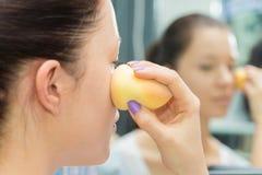Travail d'artiste de maquillage image libre de droits