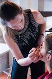 Travail d'artiste de maquillage sur son ami Gens réels Photo libre de droits