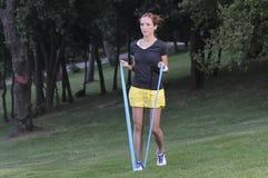 Travail d'entraîneur avec une bande élastique de pilates Photo stock
