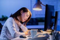 Travail d'heures suppl?mentaires de femme images stock