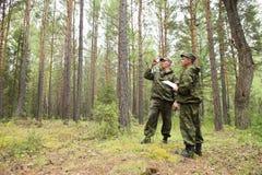 Travail d'inspecteurs de forêt dans la forêt Photo stock
