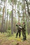 Travail d'inspecteurs de forêt dans la forêt Photographie stock libre de droits