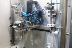 Travail d'opérateur sur l'industrie pharmaceutique d'infusion Photographie stock