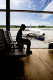 Travail d'ordinateur d'aéroport Image stock
