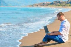 Travail d'ordinateur dans la liberté hors du bureau Image libre de droits