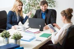 Travail d'équipe à l'intérieur du bureau Image libre de droits