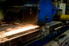 Travail d'une machine industrielle de rectification superficielle Meulage d'une pièce plate en métal photo libre de droits