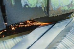 Travail d'une machine industrielle de rectification superficielle Meulage d'une pièce plate en métal images libres de droits