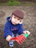 Travail dans un jardin. L'aide aux parents. Images stock
