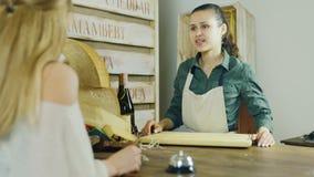 Travail dans une petite épicerie Le vendeur sert l'acheteur banque de vidéos