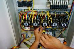 Travail de câblage de contacteur image libre de droits
