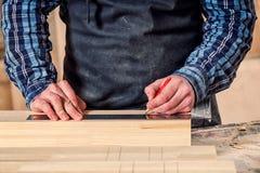 Travail de charpentier avec en bois image stock