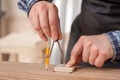Travail de charpentier avec en bois photo stock