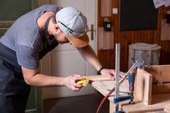 Travail de charpentier dans l'atelier image libre de droits