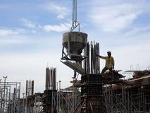 Travail de Concreting ? c?t? des travailleurs de la construction au chantier de construction photos libres de droits