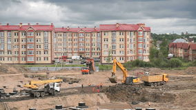 Travail de constructeurs sur le chantier de construction dehors clips vidéos