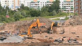 Travail de constructeurs sur le chantier de construction dehors banque de vidéos