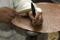 travail de cuivre de forgeron Photographie stock