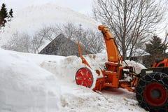 Travail de dégagement de neige avec un grand ventilateur de neige en hiver photographie stock