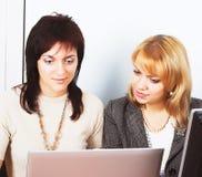 Travail de deux jeune femmes d'affaires dans le bureau Image stock