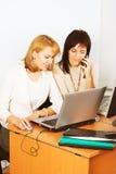 Travail de deux jeune femmes d'affaires dans le bureau Photographie stock