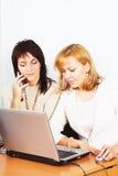 Travail de deux jeune femmes d'affaires dans le bureau Photo stock