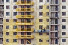 Travail de façade et isolation d'un bâtiment à plusiers étages photos stock