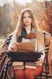 Travail de femme d'auteur sur la vieille machine à écrire en parc d'automne photos libres de droits