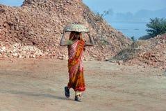 Travail de femme dans le domaine de brique Image libre de droits