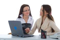 Travail de femme des affaires deux avec l'ordinateur portatif Images libres de droits