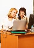 Travail de femmes d'affaires dans le bureau Photos stock