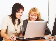 Travail de femmes d'affaires dans le bureau Image libre de droits
