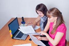 Travail de filles au bureau Images stock