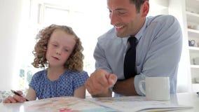 Travail de Helping Daughter With de père dans la cuisine banque de vidéos