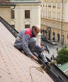 Travail de l'homme sur le toit Images libres de droits