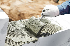 Travail de maçonnerie de maçon de construction Photographie stock
