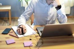 Travail de mains d'homme avec l'ordinateur portable photo stock