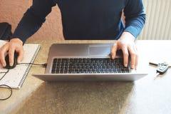 Travail de mains d'homme avec l'ordinateur portable sur le gris photos libres de droits