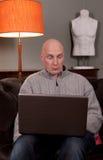 Travail de maison d'ordinateur portatif d'homme Images libres de droits
