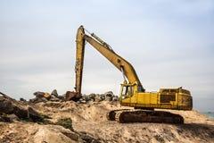 Travail de mashine de pelle avec le sable et les pierres Photographie stock libre de droits