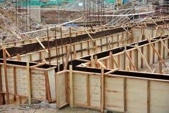 Travail de mise en forme du faisceau au sol au chantier de construction Photographie stock libre de droits