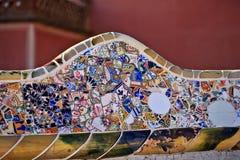 Travail de mosaïque à côté de Gaudi au stationnement Guell Images libres de droits