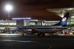 Travail de nuit à l'aéroport international de Pulkovo Photographie stock libre de droits