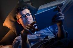 Travail de nuit à la maison photographie stock libre de droits