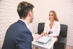 Travail de offre d'employeur d'affaires au nouvel employé prolonger l'accord pour signer au candidat admis, nouveau concept de lo image stock