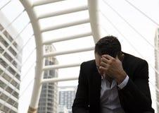 Travail de pensée d'homme d'affaires vers le haut de et tristesse sur la rue de marche photographie stock