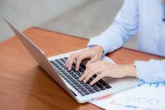 Travail de plan rapproché avec l'analyse de finances et les données de rabotage sur l'ordinateur portable, dactylographie et grap photo libre de droits