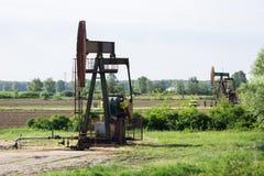 Travail de plates-formes pétrolières dans le domaine Photographie stock libre de droits