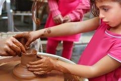 Travail de poterie de roue de mains de potier d'argile Photographie stock