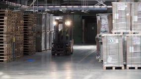 Travail de poussoir de fourchette dans le grand entrepôt clip Travailleur de porteur avec le chariot élévateur Support d'entrepôt banque de vidéos